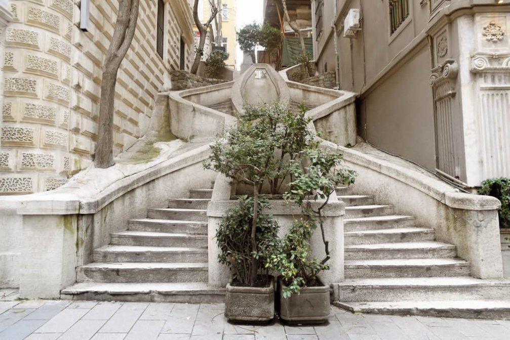 Bir İstanbul Simgesi: Kamondo Merdivenleri